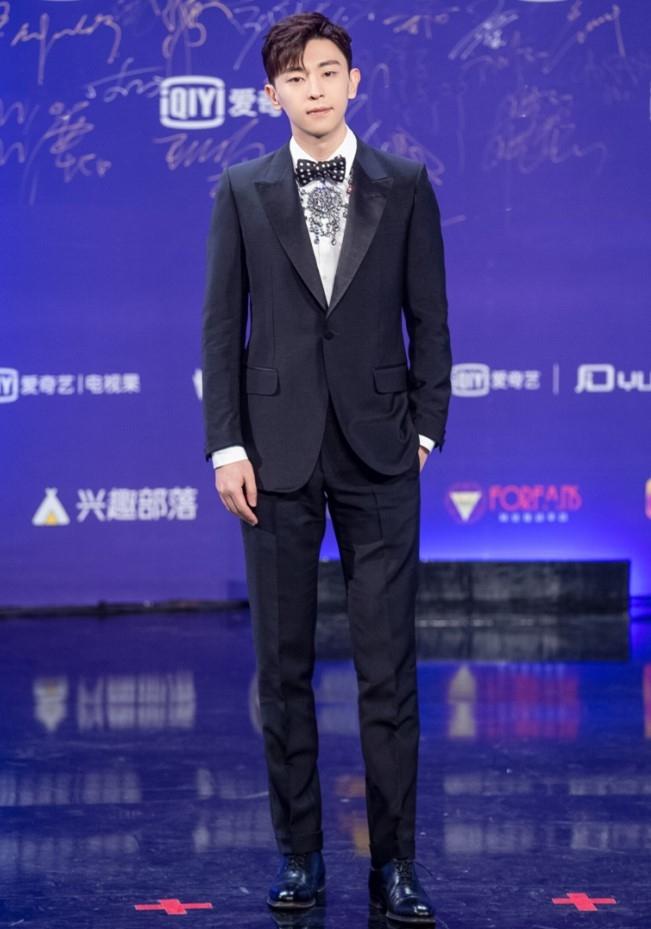 邓伦身时尚网站穿夹克搭配运动裤简约又时尚男朋友就该这么穿!