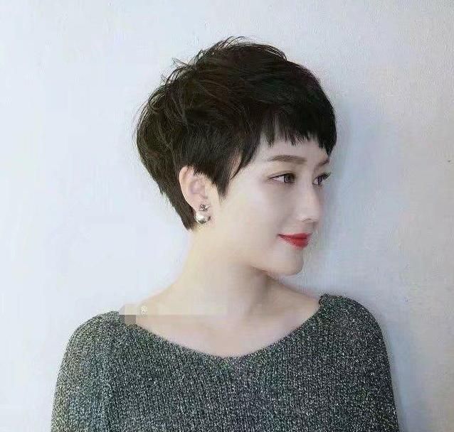 就很适合发量少的烫发发型,稍微染个颜色也是非常洋气和时尚,对于50岁
