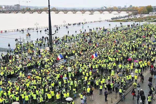 法国暴动能传染,欧洲多个国家在埋单,俄罗斯为什么也害怕了?