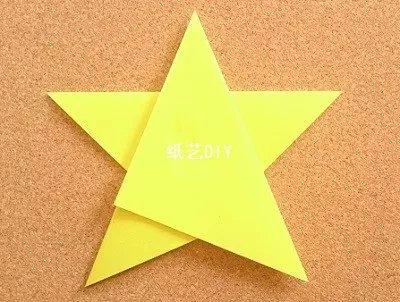 后侧也将其用胶水进行固定住,一颗闪闪发光的小星星就制作完了.