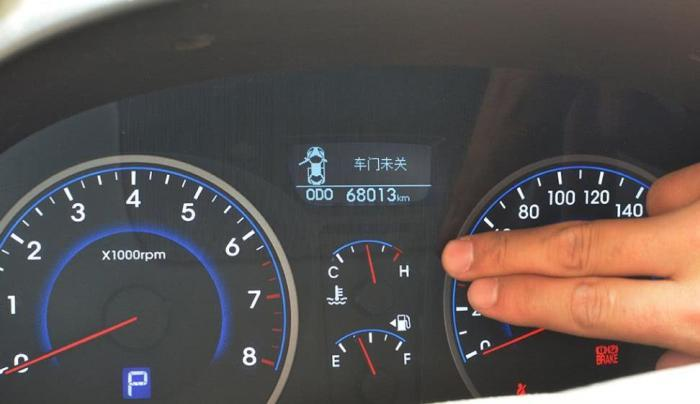 这个故障灯亮了该停车,但不该熄火!老司机:熄火后车的故障更大