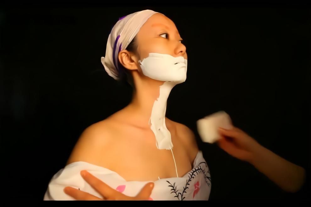 时尚仿妆分享,小姐姐化上日本艺伎妆,脸白的吓人