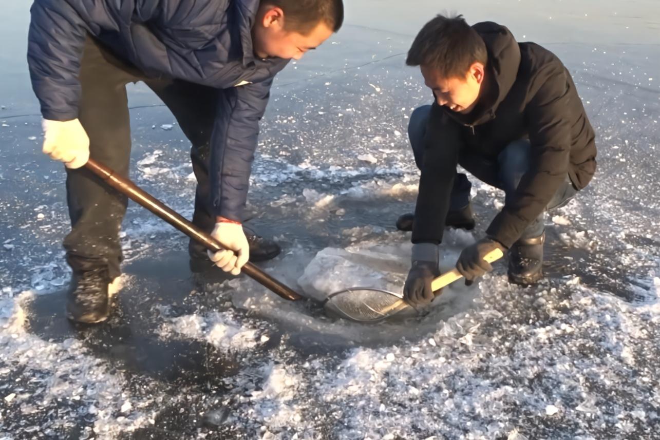 农村俩小伙发现一条被冻住的大鱼,破冰取出来后傻了,这是咋的了