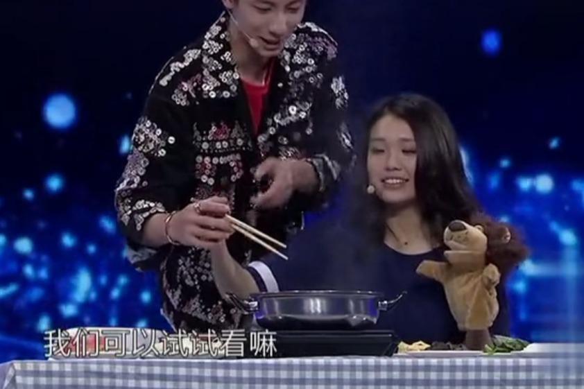 《非常完美》方嘉煜教可爱女嘉宾用筷子,居然还撩她头发!