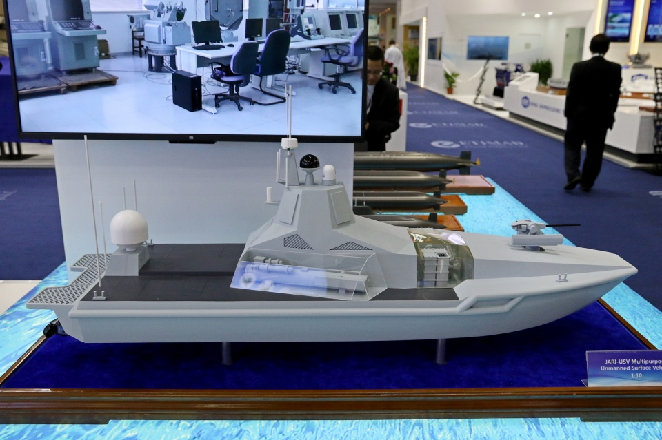 充导弹送无人艇:中国军工抢占市场出新招,20吨小艇上神盾