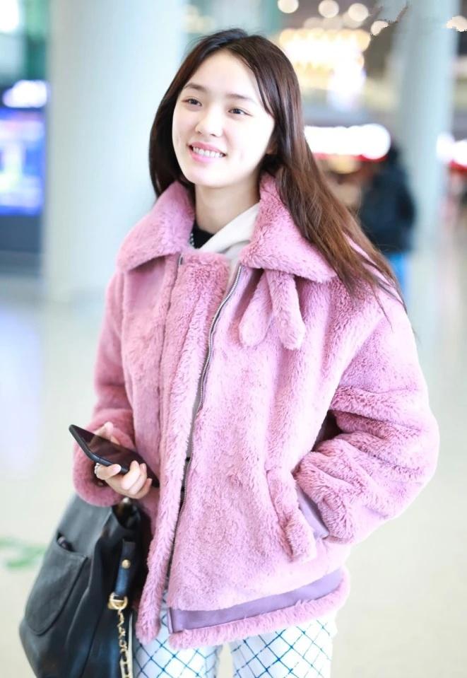 """林允穿粉紫色毛绒外套很少女,偏偏配了条""""烤架裤"""",土掉渣了!"""