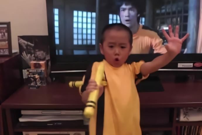 日本小孩痴迷李小龙功夫,一身肌肉让人佩服,前途不可限量