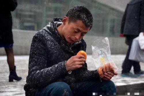 火山小视频下的根雕艺人:凭手艺吃饭用血汗赚钱