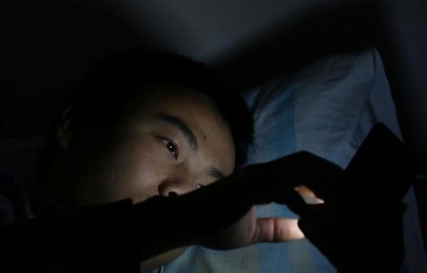 睡前玩手机的人,身体呈现4个症状,多是肝脏受损,早知早好