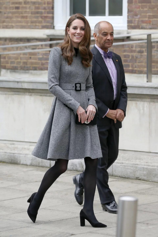 37岁凯特王妃随92岁伊丽莎白女王出席活动,两位女神气质一样出众