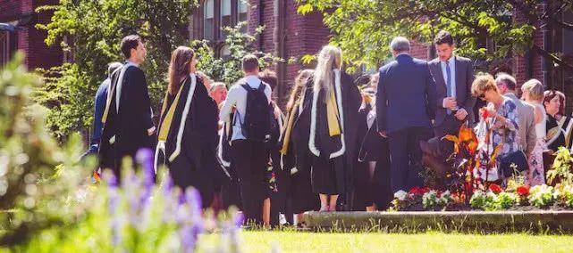 女装大佬狼牙棒,高端奢华带魔杖.英国大学的毕业典礼也太会玩了?