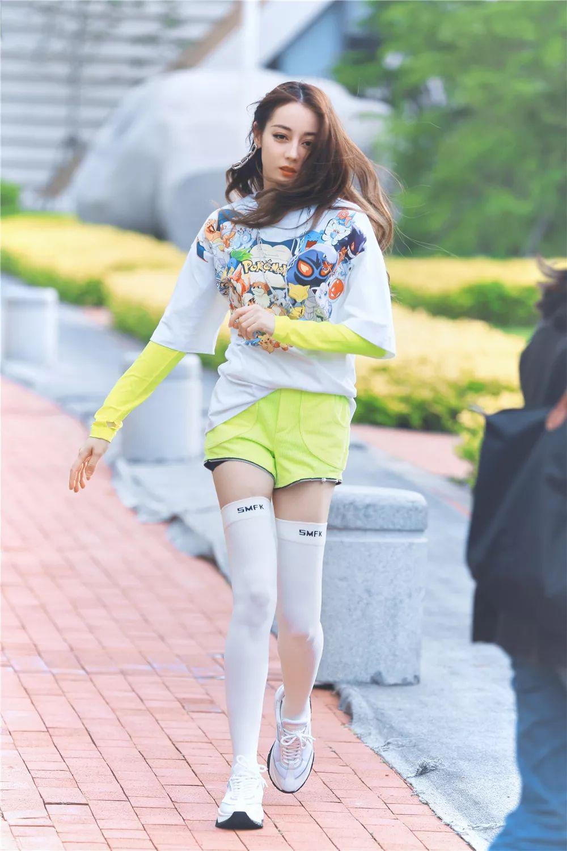 热巴荧光绿造型靓丽,袜子提到大腿根更出彩,袜子都让她玩出了花