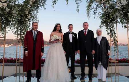 厄齐尔结婚 新婚妻子Gulse是土耳其选美小姐荣膺冠军