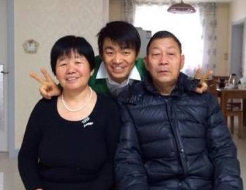 丧失婚姻生活后又丧失家人!王宝强妈妈病故,送葬时他哭变成泪人
