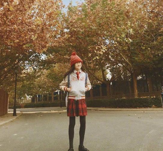 """13岁李嫣晒照,一改以往黑长直发型,出文向粉絲索取""""彩虹屁""""?"""