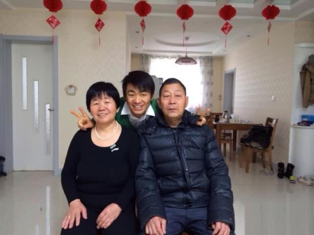王宝强丧母后满脸胡渣很憔悴,与老家邻里合照强颜欢笑