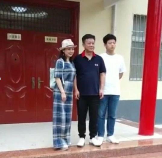 朱军携妻子回老家探亲访友,49岁妻子穿着打扮像美妇,17岁儿子高其半头