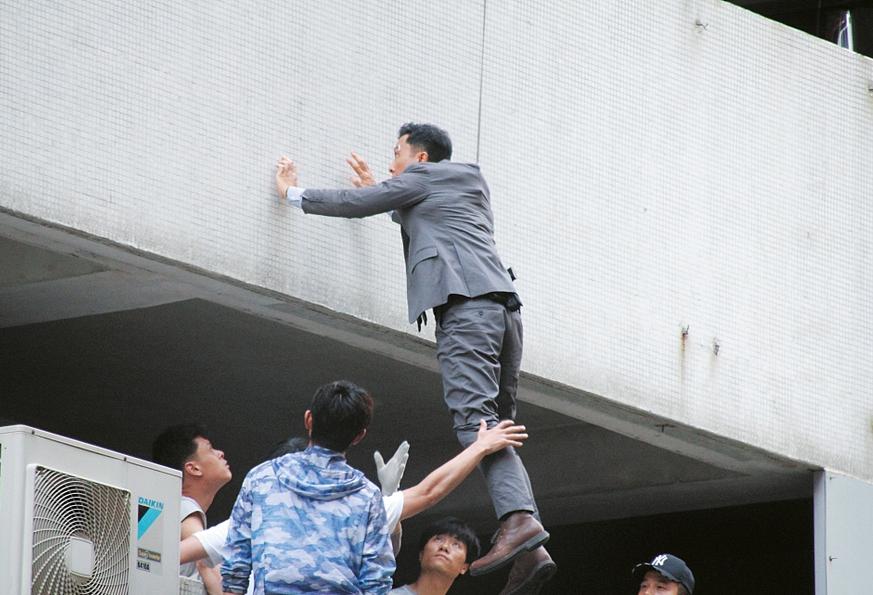 55岁甄子丹空中被吊两个小时?33度高温下仍卖力火拼,网友:太敬业了