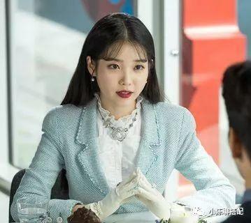 IU新剧两集换17件衣服,歌美人甜的国民妹妹,私下穿搭更圈粉