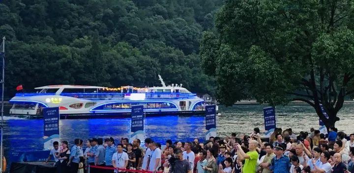 <b>17℃建德新安江又上新了!上回是紫薯绿道,这回是……近3000人今天跳进新安江</b>