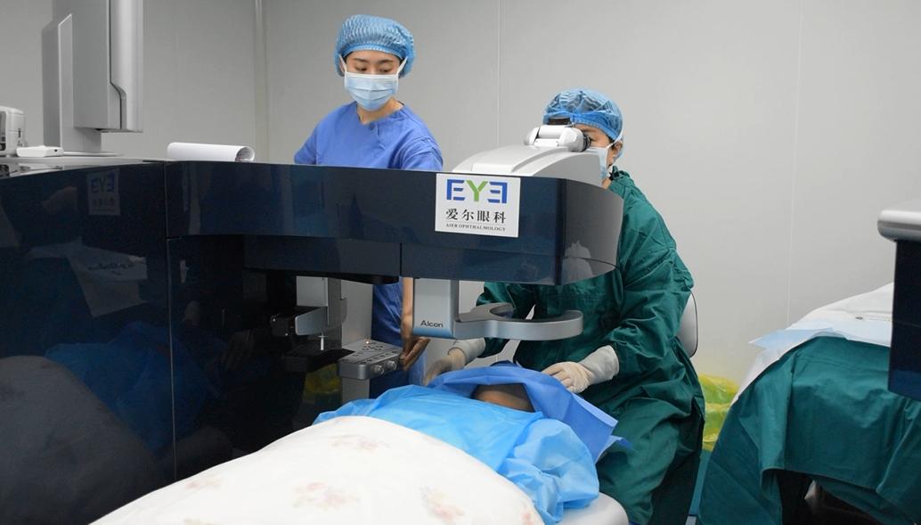 为爱而来,许给爱人的清晰承诺!眼科医生亲自为丈夫做近视手术