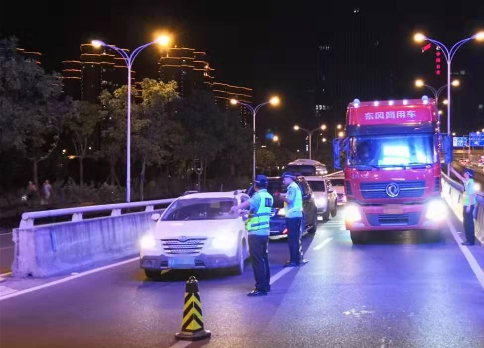 桥隧布警 交警重拳整治夜间交通违法