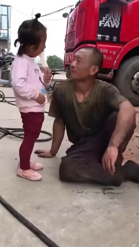 只有自己的女儿,不嫌老爸脏!父亲眼里满满的爱~&