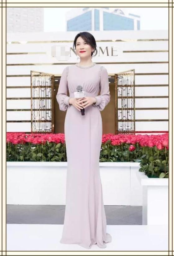 俞飞鸿都48岁了,还不肯放过自己,穿粉色长裙秒变18岁少女!