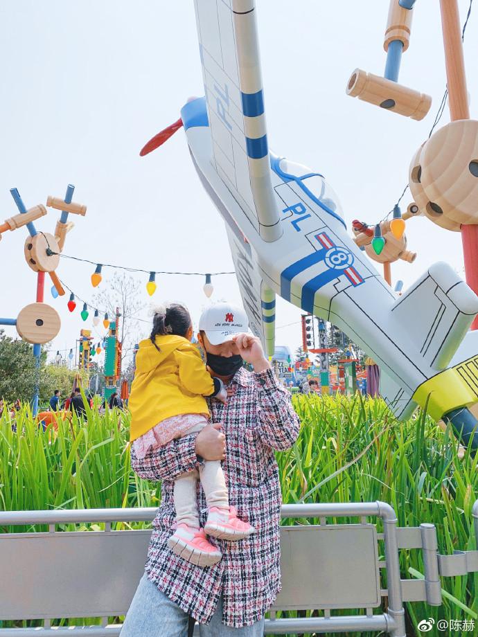 陈赫一家游迪士尼 娱乐 热图4