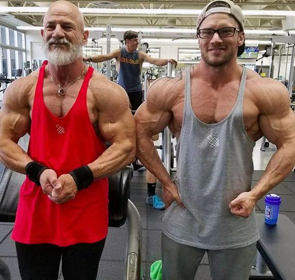 小伙子健身10多年,与56岁父亲一起站上健美舞台,实力不相上下!