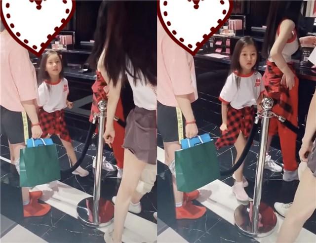偶遇李小璐和女儿甜馨的照片 小小年纪镜头感极强