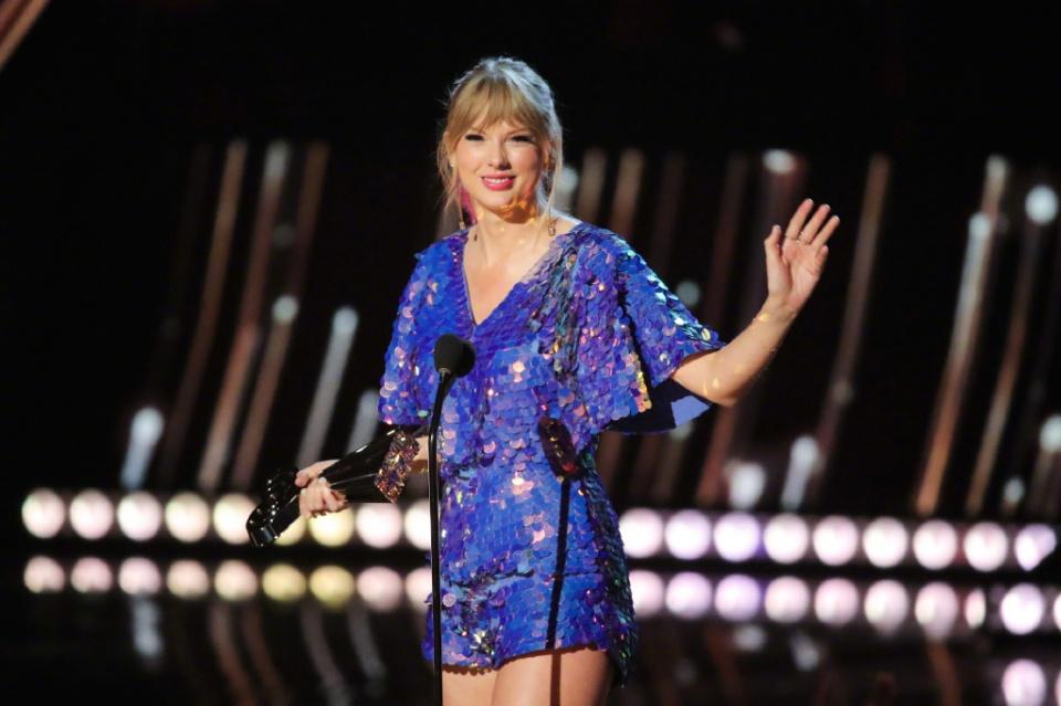 29岁酶酶现身音乐节,一身紫色V领套装美出新境界!斩获双音乐奖