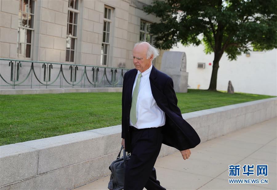 7月18日,在美国伊利诺伊州皮奥里亚,克里斯滕森的辩护律师罗伯特·塔克抵达联邦法院。新华社记者 汪平 摄