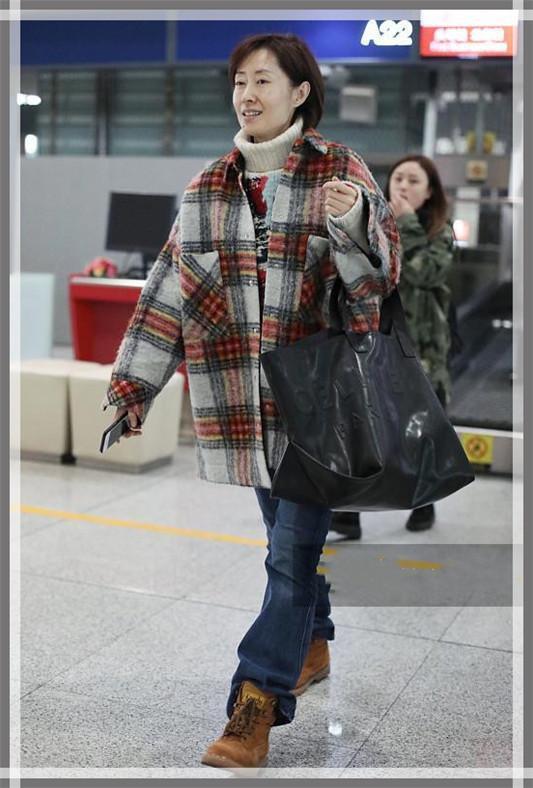 接地气我只服刘敏涛!走机场如同逛菜市场,果然真实的女人最美丽