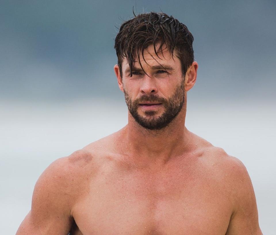 36岁锤哥又曝新写真!这次雷神不玩锤子改玩冲浪,那身材啧啧啧