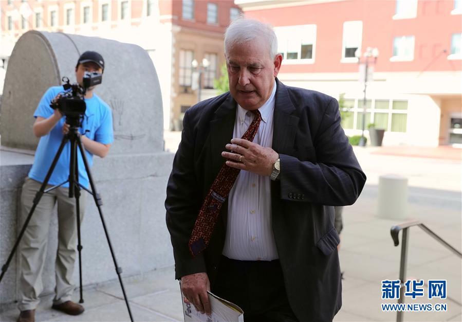 7月18日,在美国伊利诺伊州皮奥里亚,为章莹颖家属提供法律服务的律师史蒂夫·贝克特抵达联邦法院。新华社记者 汪平 摄
